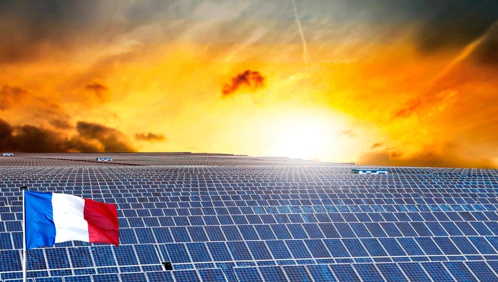 panneaux solaire et drapeau français