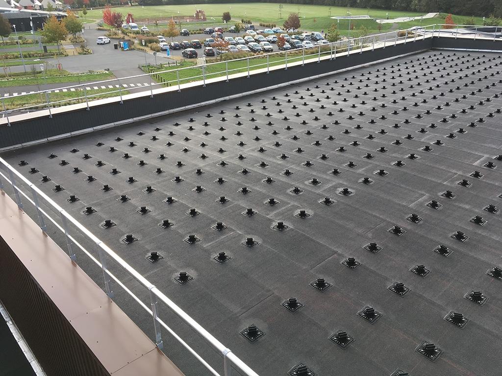 complexe sportif centrale en toiture en cours d'installation © ALTER